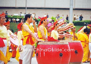 Xian people beat drum and gong to celebrate the Ancient Culture Art Festival